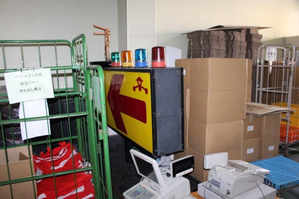 搬入機材の倉庫内。懐かしいもの発見!
