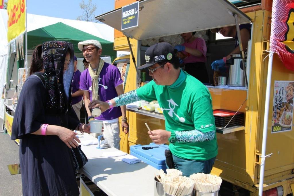 炎天下の中、販売体力に限界が。そこに協力な助っ人が!緑の案山子Tシャツの泉州さんです。ありがとう!