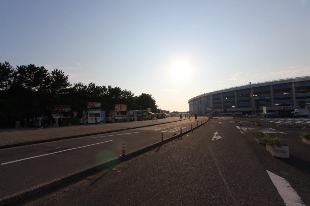 スタジアムに日が沈みます。