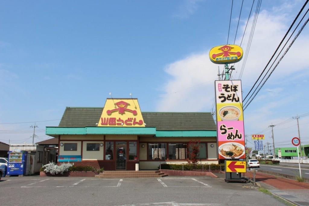 店舗正面から。屋根の看板は入口一か所のみ。