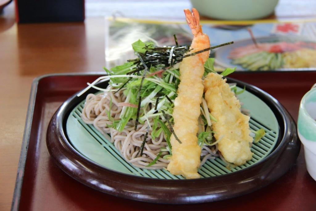 この日は朝から暑かった~。ぴったりのメニュー。香野菜の海老天ざるです。