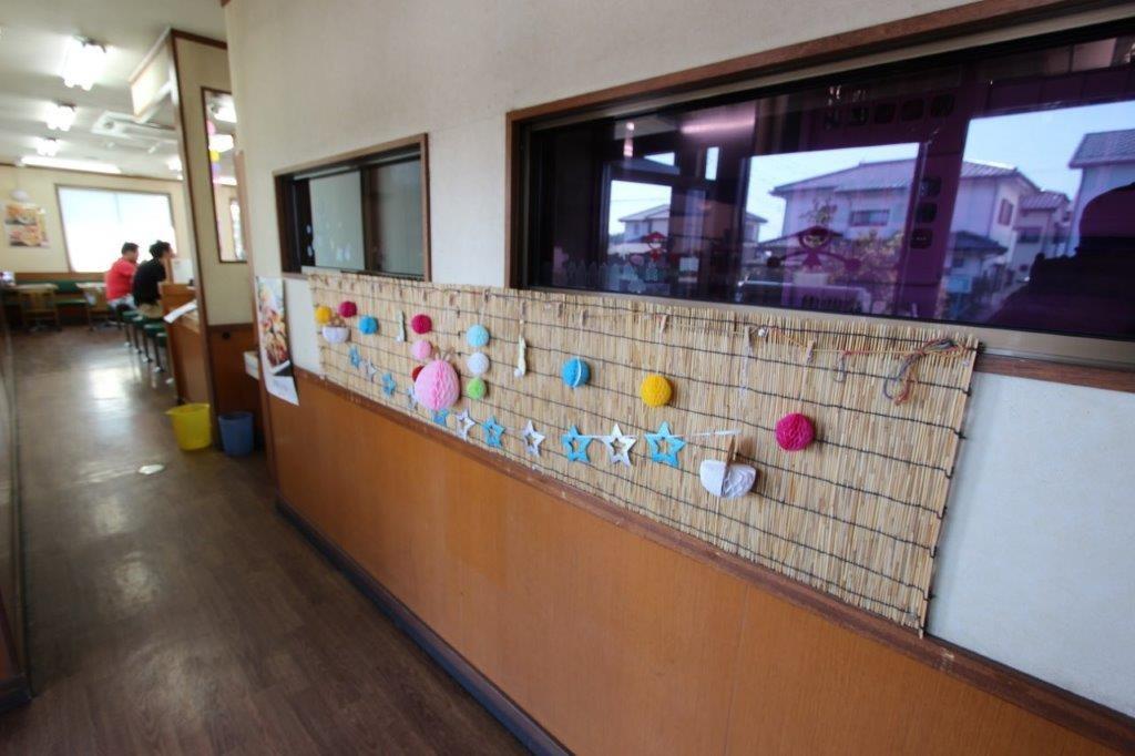 入口から店内への壁に装飾が。
