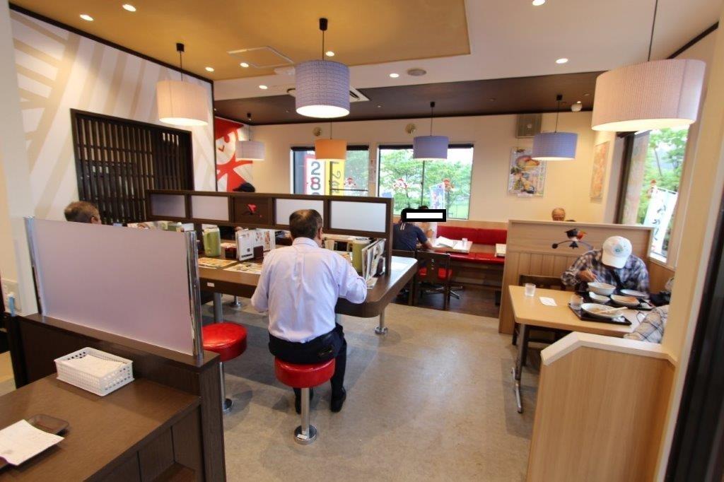 店内右側。カウンター席は山田社長です。