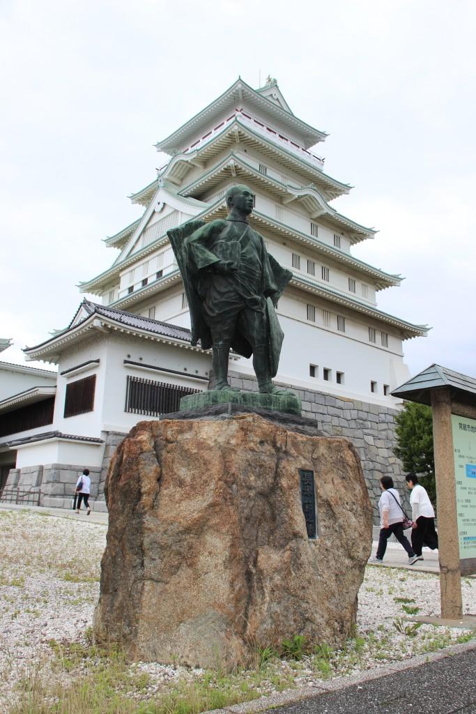 豊田氏の銅像と地域交流センター。