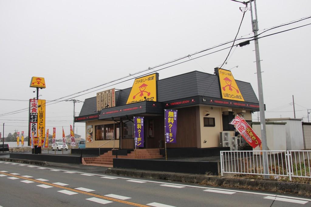 店舗全景。反対側から。屋根のマークが3方向にあるのが分かります。