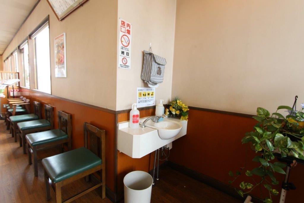入り口直ぐにアルコール設置。手も洗えます。